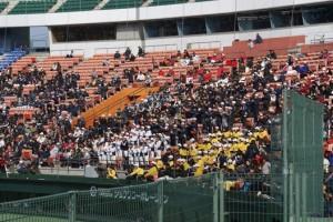 府中広島'2000大応援団。 立ち上がって拍手!