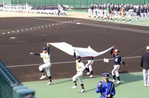 '2000の選手、曽木(左)細野(右)が先頭で日章旗を持ち行進