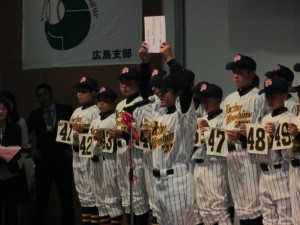 一人ひとりが3年間の「決意」を発表し、中田監督から背番号を渡される。