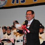 中田監督が新入団生贈る2000どんぶりの紹介。この後ひとりひとりに背番号が渡された、