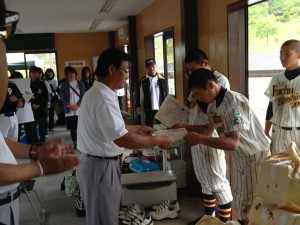 第21回ヤングリーグ選手権大会への広島支部代表の認定書が渡される