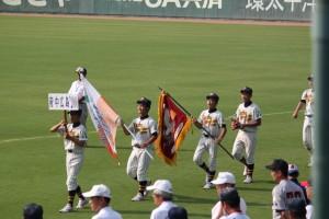 優勝旗とともに行進