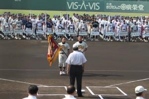優勝旗を返還する河内主将と大中