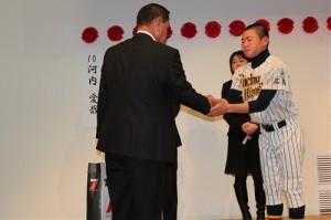 中田監督と握手、3年間を労う