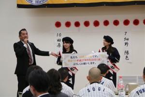 熊野町から ふで娘 が祝福に。筆祭りもPR。